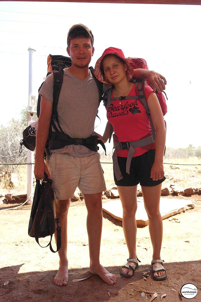 Στο Maltahohe γνώρισα τον Jakub και την Dasha, από Νότια Αφρική και Ρωσία αντίστοιχα, οι οποίοι ταξιδεύουν ξυπόλυτοι με στόχο να φτάσουν στη Ρωσία περπατώντας αλλά και με ωτοστόπ (bearfoodtravels.blogspot.com)