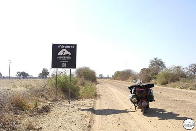 Μπαίνοντας στην Ναμίμπια με υποδέχτηκε ένας υπέροχος χωματόδρομος